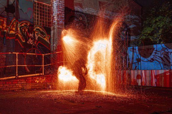 feuershow-hochzeit-auf-ruegen-funkenfinale-von-fireflowart-eric-jesche