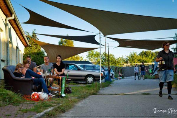 gaeste-chillen-beim-festival-fette-ente-im-krokoteich-la-grange-ruegen