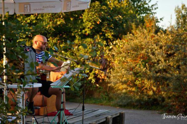 gitarrenmusik-beim-festival-fette-ente-im-krokoteich-bergen-auf-ruegen