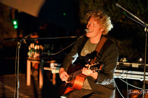 gitarrenspieler-festival-fette-ente-im-krokoteich-bergen-auf-ruegen