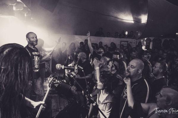 heavy-metal-fans-fette-ente-im-krokoteich-besucher-feiern-band-cor