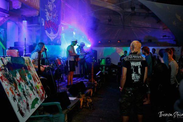 kunst-musikfestival-fette-ente-im-krokoteich-im-la-grange-auf-ruegen