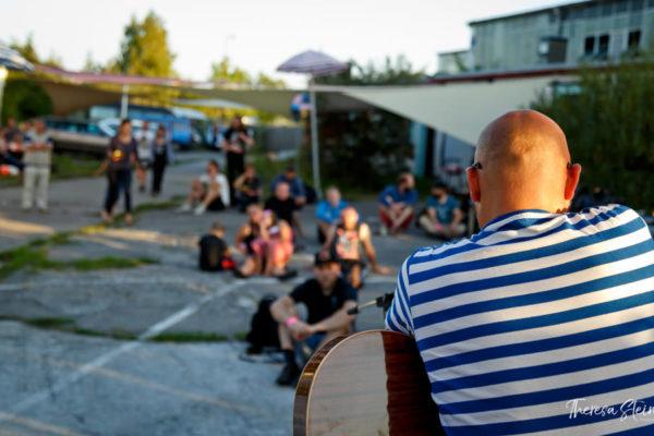 musiker-beim-festival-fette-ente-im-krokoteich-bergen-auf-ruegen